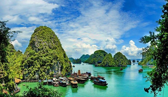 Udsigt til skibe der samles på Ha Long Bay