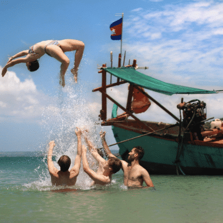 Kvinde springer ud i havet fra båd