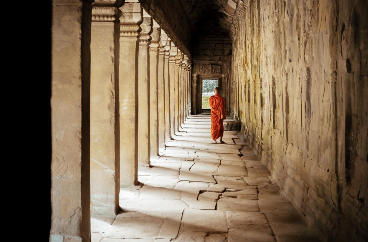 Munk går rundt omkring tempel