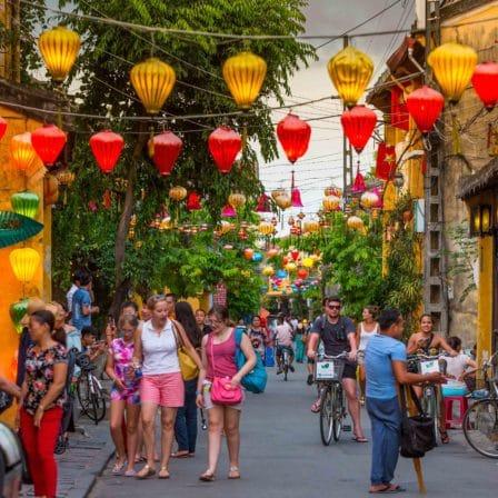 Gade med lamper i guirlander i Hoi An