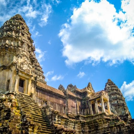 Tempel i Angkor med himmel og skyer