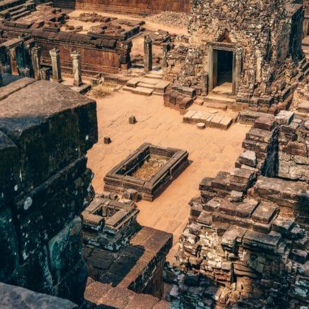 Sandområde med templer og monumenter