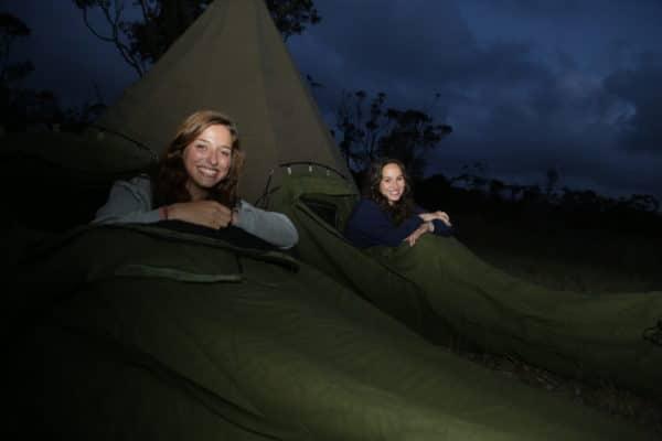 2 kvinder i lejr om aftenen