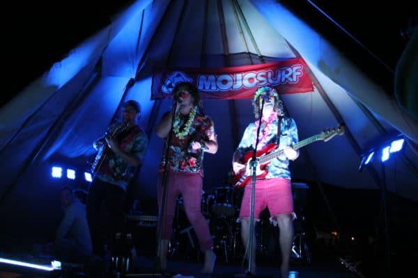 Tre fyre optræder med musik i surf camp