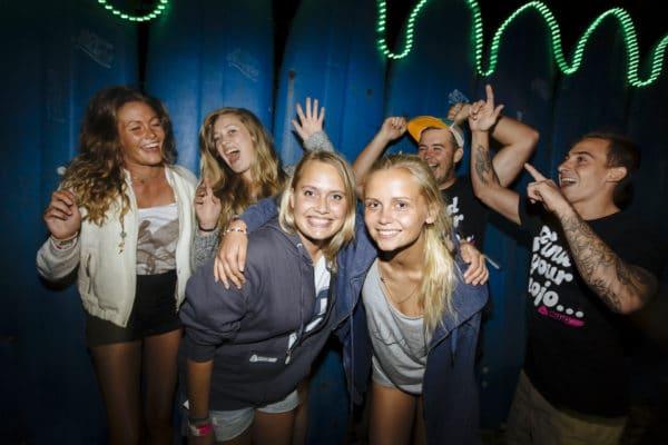 Piger og drenge fester på strand