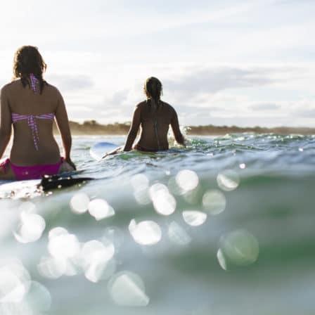 To kvinder surfer i havet