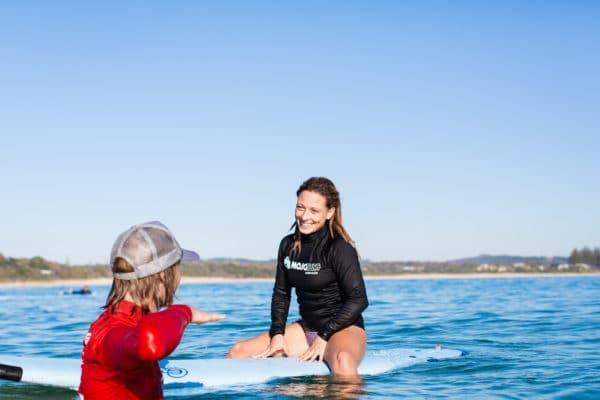 Kvinde lærer om surfing af instruktør
