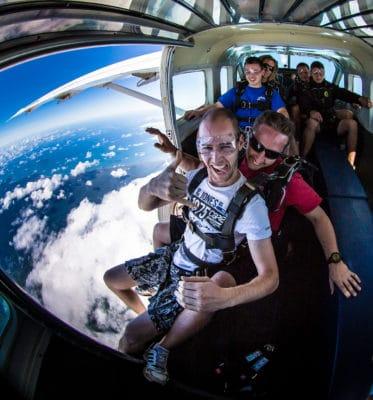 Mennesker i fly, klar til skydiving