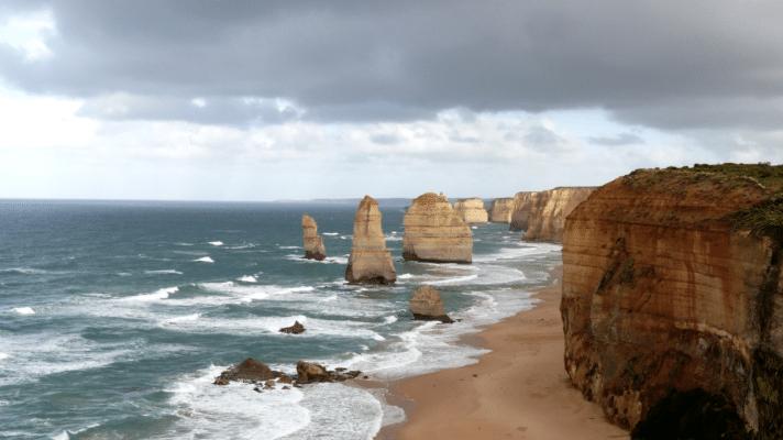 strandkyst med klipper og store sten i havet