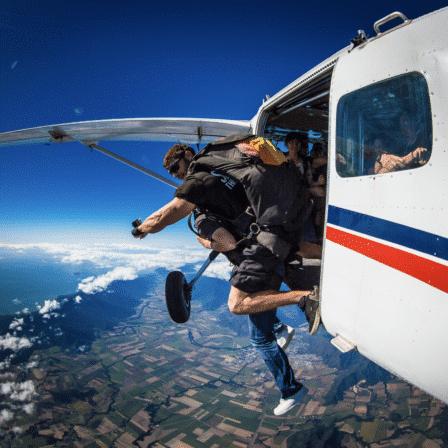 Hop ud fra fly til skydiving