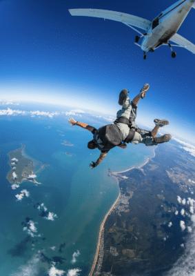 Skydiving fra fly mod strand og hav
