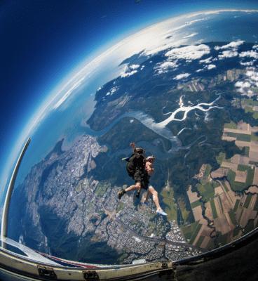 Skydiving med jorden i baggrunden