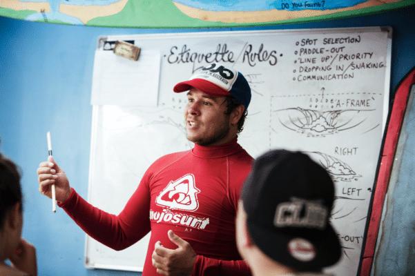 Surfinstruktør fortæller om regler ved surfing