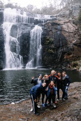 Gruppebillede med vandfald og klipper