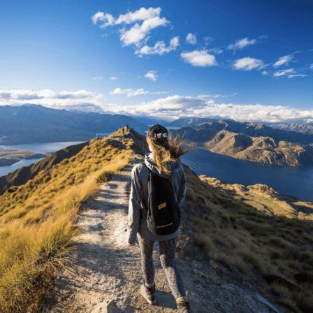Vandrer ad sti på bjergtop med udsigt over flod