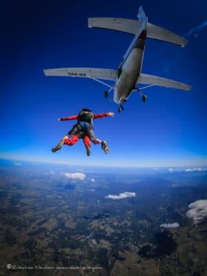 Skydiving fra fly med udsigt til jorden