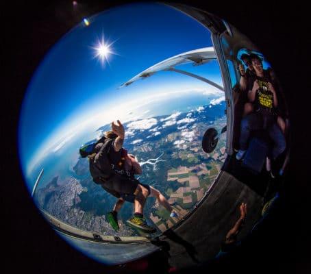 Hop fra fly ud i skydiving