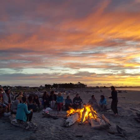 bål på stranden i Westport New Zealand