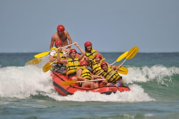 Mennesker rider på bølge under rafting