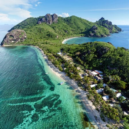 Aflang ø med strandkyst, træer og bjerge
