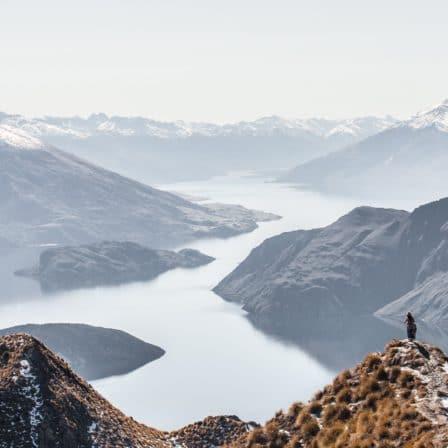 Stor dal med flod igennem bjergkæder