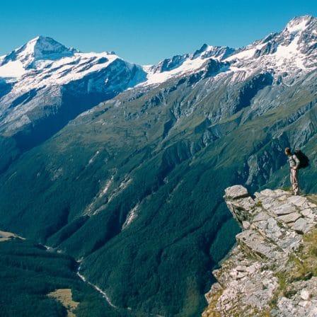 Udsigt til bjerglandskab fra toppen af et bjerg