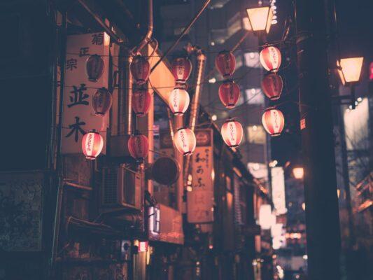 lanterner på japansk gade