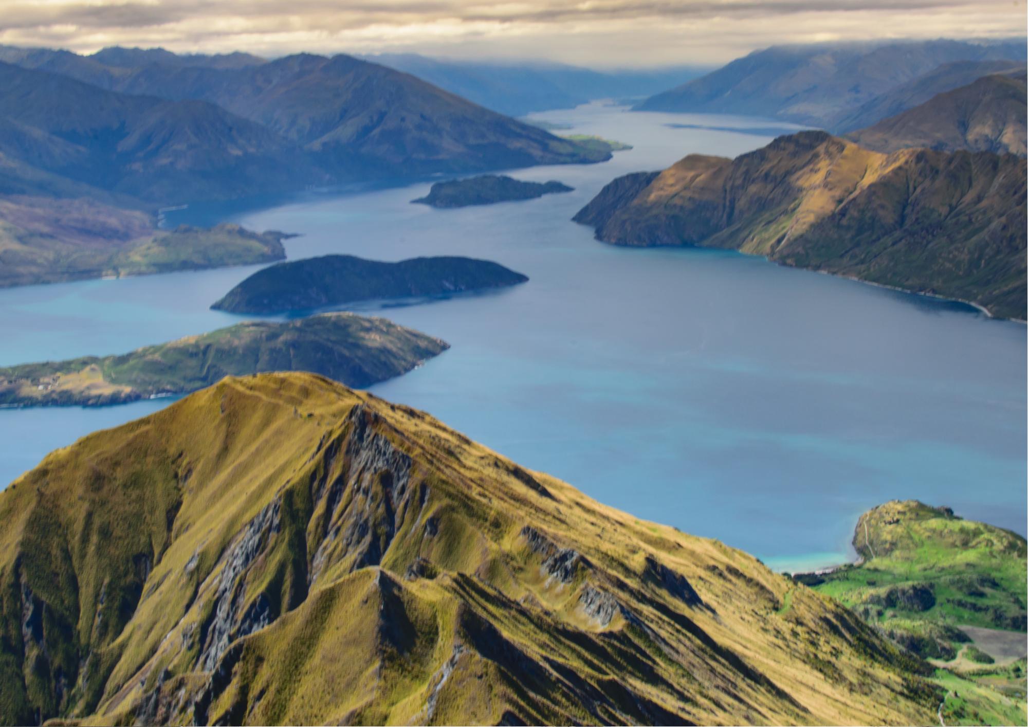Udsigt over flod med bjerge i New Zealand