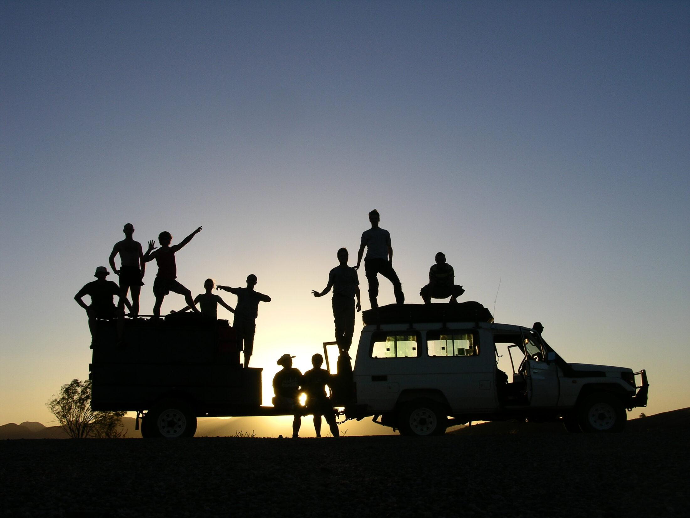 silhouet af mennesker på bil